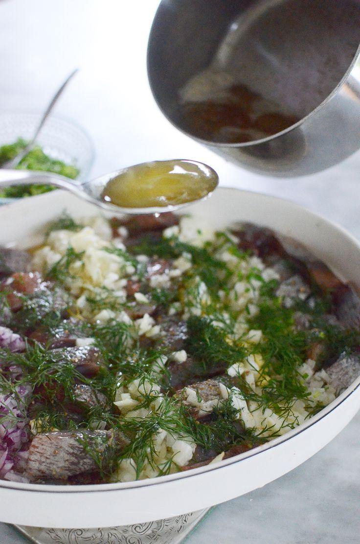"""LertallrikssillIngredienser 2-3 burkar bra matjessill (gärna hela filéer som skärs i grova bitar) 1/2 finhackad gul lök+rod lok 1 knippe finhackad gräslök 2 hackade kokta ägg 200 g smör några snygga dillvippor Ugnsfast form lägger ingrid. """"ränder"""". Sill, löksorterna och ägg med fokus på sillen. Ugn på 75•/5-10 min. Hall smöret smält/skiktat sig, efter ungen. Serv: Potatis och ost knackebrod."""