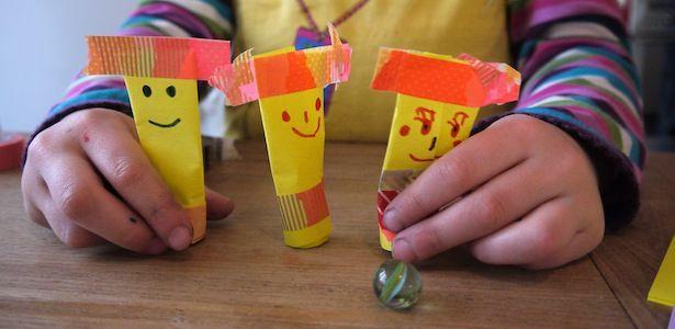Post-Its, Glasmurmeln, etwas Klebeband und Stifte zur Hand? Diese süßen Stehaufmännchen sind in Handumdrehen gebastelt und begeistern die Kinder. Übrigens, auch eine schöne Beschäftigung in Restaurants oder auf Reisen...