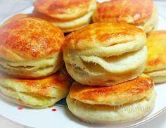 Tento recept mám veľmi rada, pretože je lacný a zemiakové pagáče sú nielen mäkučké a šťavnaté, ale dlho vydržia a nestvrdnú. Pečiem ich väčšinou vtedy, keď mi ostanú varené zemiaky, alebo keď idem k obedu robiť zemiakový šalát, či opekané zemiaky (varené v šupkách). Uvarím len o dva viac, aby bolo na pagáče :-)
