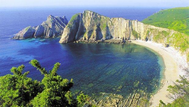 Playa del Silencio- Als je bij de woorden 'Spanje' en 'strand' meteen moet denken aan dronken Britten, uitgelubberde pensionado's, Hollandse kroketten en roodverbrande blonde meisjes: think again! De duizenden kilometers kust van het Spaanse vasteland bieden meer dan Lloret de Mar, Torremolinos en Salou. Hieronder Bluezzz' selectie van de 8 mooiste, leukste en rustigste stranden en plaatsjes van Spanje voor een relaxte vakantie.