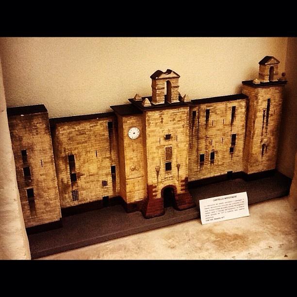 Miniatura del Castello Aragonese di Sassari.   Si trova all'interno della Biblioteca comunale di Palazzo d'Usini.  Il Castello fu costruito dagli Aragonesi nel 1300. Venuta meno la sua funzione militare, nel 1564 divenne sede dell'Inquisizione. Ti incuriosisce la sua storia?   Leggi qui:http://bit.ly/ITCLiS