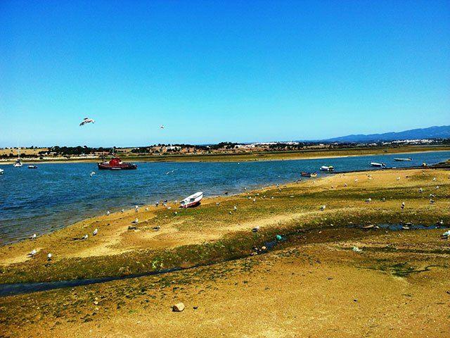 Alvor ligt in het zuiden van Monchique in de West Algarve. Dit voormalige vissersdorpje is vandaag de dag uitgegroeid tot een bijzonder mooie en populaire badplaats. Het is een stad die vroeger een belangrijke rol heeft gespeeld, mede dankzij de haven die het bezit, ten tijde van de Carthagers, de Romeinen en de Moren. Als …