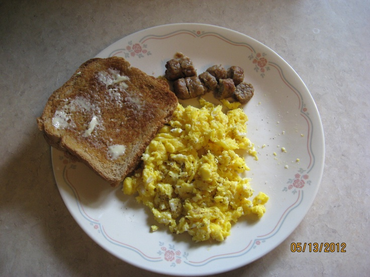 Scrambled eggs, sausage links and toast