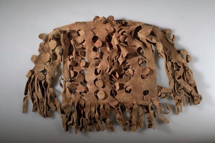 Детская военная ? рубашка, Кроу. Ткань, пигмент, кожа, сухожилия, нити. 63,4 х 46,5 х 5,1 см. CROW INDIAN RESERVATION.  Дата поступления: 1910. DR. ROBERT H. LOWIE.  AMNH.