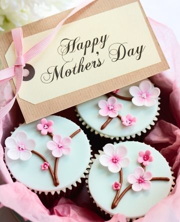 Happy mother's day cupcake recipe. A perfect treat to spoil mom. Small, beautiful and so sweet decorated cakes with pastel colors. A great celebration of spring as well. #mothersday2016 #mothersday