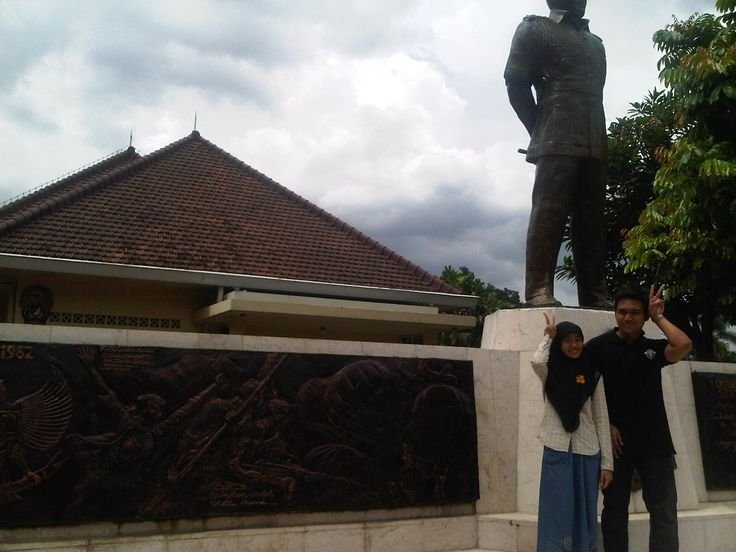 Alhamdulillah akhirnya ke rumah bersejarah ini. Museum Sasmitaloka Rumah Jend. A. Yani! Bareng Agung yg lagi fotoin ini. Pulang2 badai, terjebak di stasiun Sudirman. What a day!