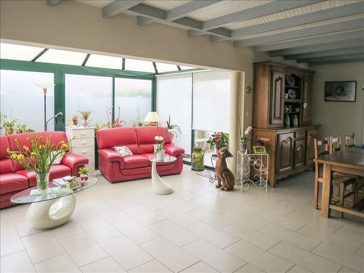 L'agence MY ABITA vous présente une maison à vendre dans le centre bourg du Château d'Olonne en vendée. Cette villa se situe à pied des commerces, écoles et à 5mns de la plage de Tanchet. Ce pavillon de 5 pièces se compose d'une entrée, salon, séjour, véranda, cuisine aménagée, buanderie, wc, à l'étage : dégagement, 3 chambres, salle de bains, terrasse, piscine, garage sur jardin clos. Pour visiter, contactez Nathalie VERGNAUD au 06.30.04.01.22