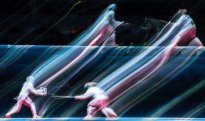 Медленный эффект воздействия используется, чтобы придать воздушность этому стреляли из Франции Лорен Rembi, слева конкурировать с Эмэс САС Венгрии в женской шпаге индивидуальных полуфинал.