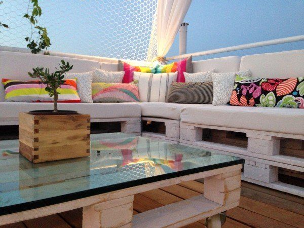 White pallet roof terrace lounge | 1001 Pallets