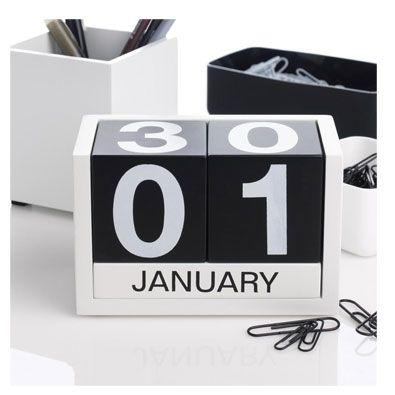Calendario para todo el año. Colores disponibles : Verde y Naranja Colección del MOMA de NY. Material: Madera baudelino.com
