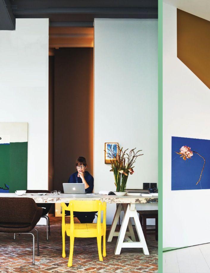 Kleurencombo: lichtblauw, bruin, geel en groen verenigd in Veerle Wenes' huis