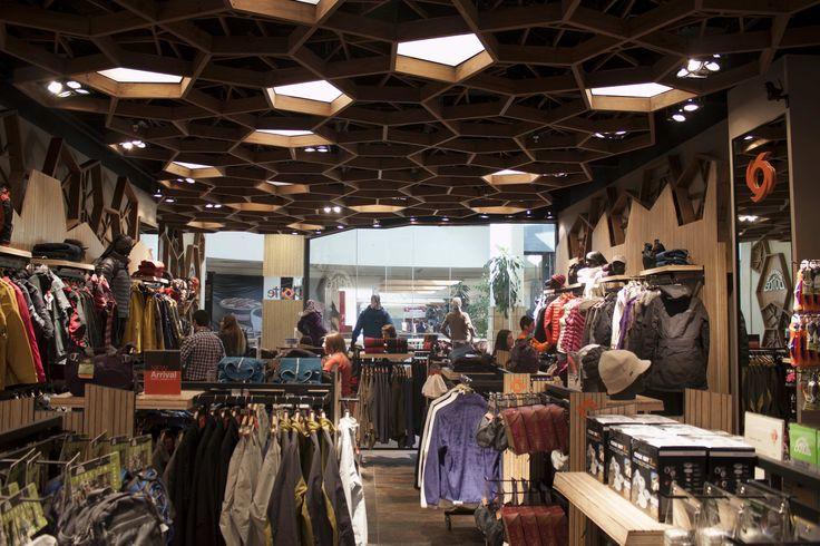 Tiendas DOITE, Temuco Se utilizó Stripwood, que mezcla pino y chocolate como revestimiento de traseras, revestimiento exterior, y tótem del logo en la entrada.