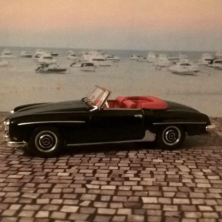 """Heute zeige ich Euch ein legendäres Auto aus den 1950er-Jahren, den Mercedes-Benz 190 SL (W 121 B II). Dieses Luxuscabrio wurde von 1955 bis 1953 gebaut. In Deutschland bekam dieses Auto den Spitznamen """"Nitribitt"""" nach der Prostituierten Rosemarie Nitribitt, die einen schwarzen 190 SL mit rotem Interieur besaß – genauso wie mein Modellauto. Das gezeigte […]"""