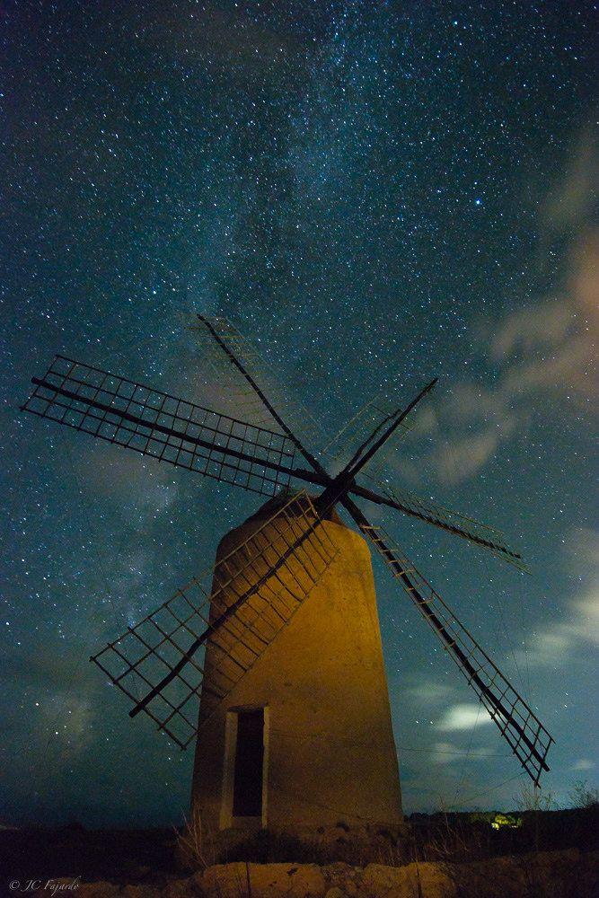 https://flic.kr/p/D3AewM | Under stars | jcfajardophotography.com/  Moli de la mola, iluminado con linterna Maglite mini
