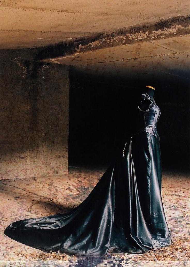 """Abito da sera 1890 in satin nero e paillettes. Questo abito vuole essere un omaggio al grande costumista Piero Tosi ed è liberamente ispirato ad un costume di scena indossato da Laura Antonelli nel film """"L'innocente"""" di Luchino Visconti."""