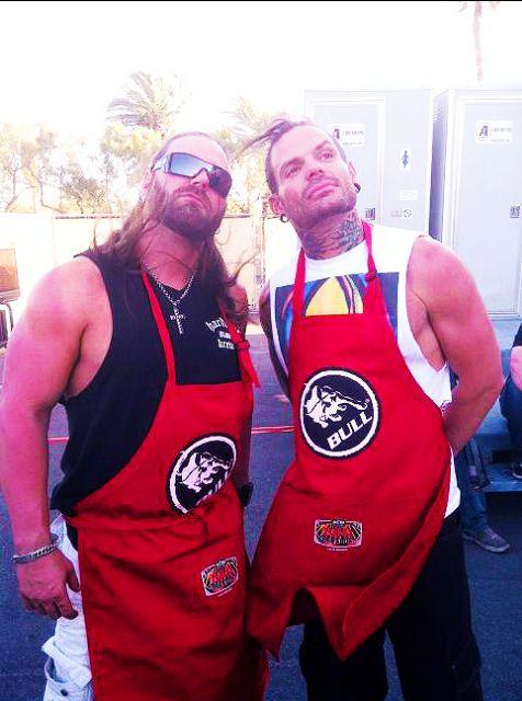 Jeff Hardy et Cowboy James Storm qui font un BBQ