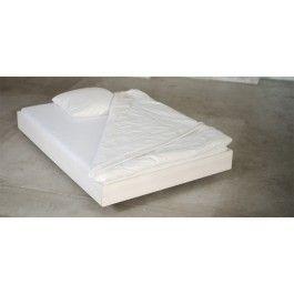 Elegant und massiv ohne Chi-ChiDas Bett Swebe macht aus der Ferne den Eindruck als würde es schweben, weil die Füße leicht versetzt unter dem Bett stehen. Der schlichte Rahmen ist mit einem weißem, leicht durchschimmernden ökologischen Farbwachs gestrichen und fügt sich problemlos in die meisten Umgebungen ein.Das 2,5cm starke Massivholz aus Kiefer wird mit Qualitäts-Schraubverbindungen befestigt, so dass es nicht quietscht und sehr viele Jahre halten kann.Das Bett kann in den Breiten 90cm…