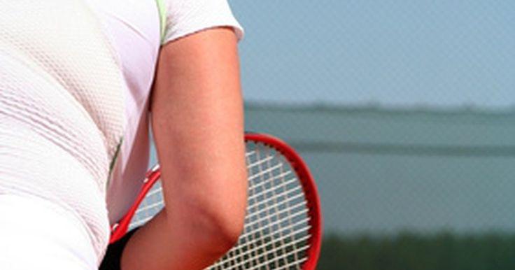 Cómo sanar rápido el codo de tenista. Si realizas ciertos movimientos con el brazo repetidamente puedes llegar a experimentar una afección dolorosa conocida como codo de tenista. Aunque la lesión no se limita a ser causada solamente durante la práctica de tenis, generalmente es el resultado de malos movimientos en dicho deporte. La mayoría de los casos de codo de tenista desaparecen ...