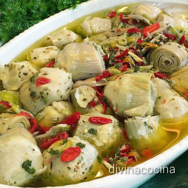Estas alcachofas marinadas pueden servirse solas, como entrante o ensalada ligera, o acompañarse con atún en conserva, anchoas, boquerones en vinagre... para un picoteo compartido.