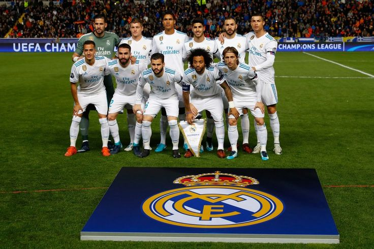 Real Madrid's starting eleven pose for a group picture ahead of the UEFA Champions League Group H match between Apoel FC and Real Madrid on November 21, 2017, in the Cypriot capital Nicosia's GSP Stadium.  / AFP PHOTO / Jack GUEZ