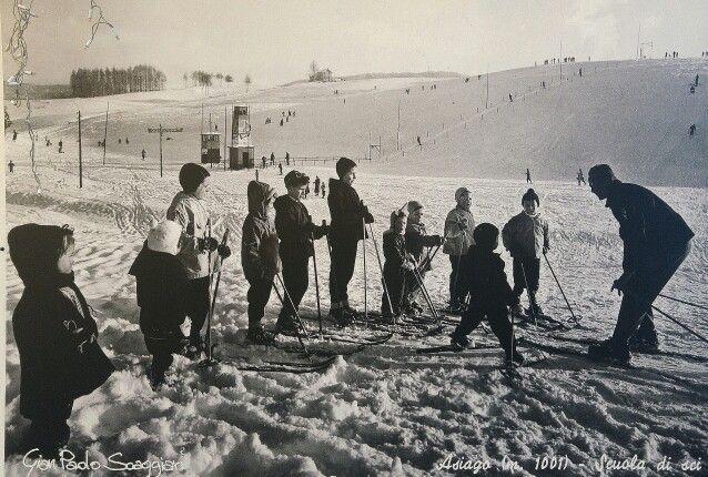 Asiago in VI Il maestro di #sci. #buongiorno a tutti, aspettando la #neve in questa giornata uggiosa, postiamo questa bella foto #vintage scattata su un pannello del #mercatinodinatale di #asiago. Foto di Gian Paolo Scaggiari.