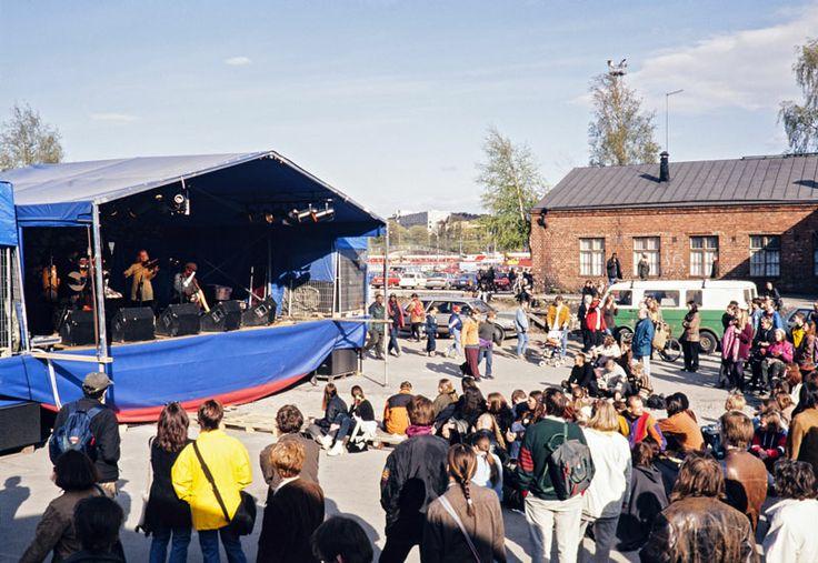 Maailma kylässä -festivaalin konsertti VR:n makasiinien pihalla vuonna 1997. Kuva: Helsingin kaupunginmuseo/Tuomas Jääskeläinen