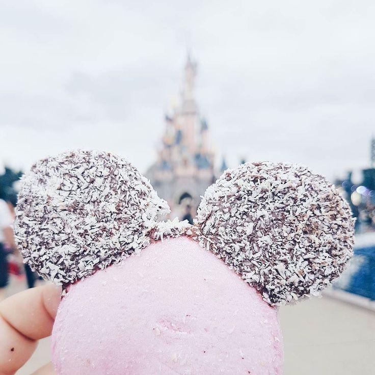 Mickey  On avait dit que c'était la dernière fois à Disney alors on l'a fait à fond ! Je me suis pris un jolie tête de Mickey en guimauve et elles sont super bonnes ! Faut que je regarde si j'en trouve à Disney Village (et du pop-corn aussi). Vous avez déjà goûté ? . #disneyland #disneylandparis #guimauve #mickey #chateau #castle #dlp #rdcpicoftheday #disneyaddict #instadisney #familytrip #france #travel #travelwithkids #psitssummer #blogocrew #picotheday #photooftheday