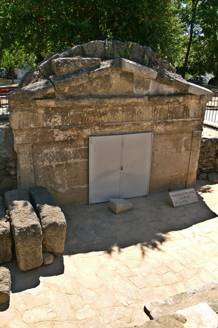 This ancient Macedonian Tomb belongs to the 3rd century BC and is not the only one found near Thessaloniki but it is the closest one to the city center. (Walking Thessaloniki, Route 14 - Papafi)