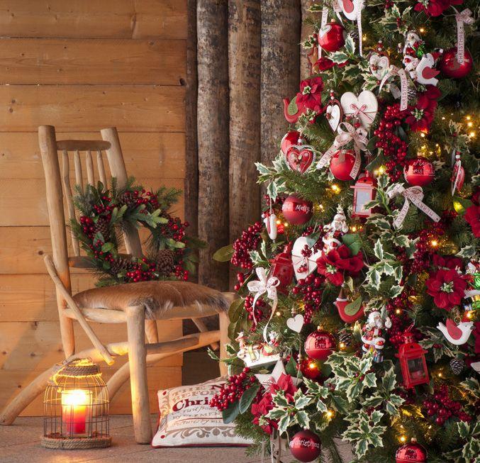 L'albero più tradizionale è bianco e rosso, con cuori fiocchi e stelle #christmas #winter #red #white #heart #star #bow #lights #candle #lantern #wood #rustic #decor #inspiration