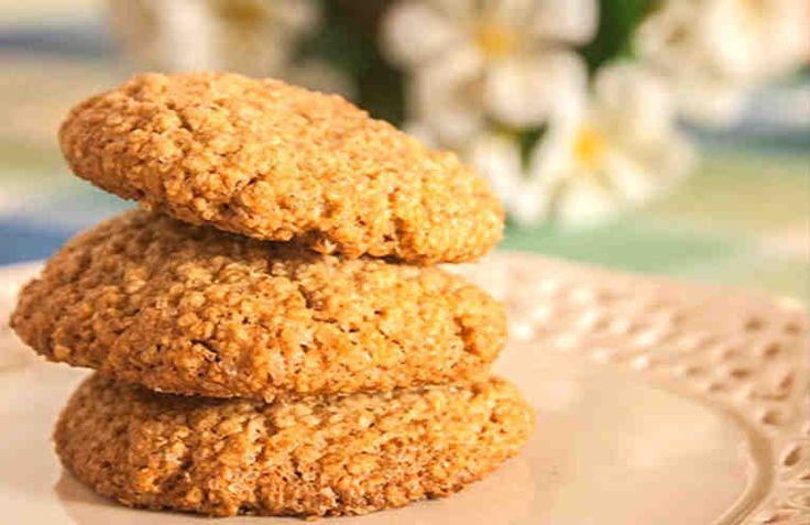 Hoy vamos a hacer unas deliciosas y sanas galletas de avena. Son muy fáciles de elaborar, y además no necesitas amasadora hacerlas.    Ingredientes: + 115 gr de copos de avena triturados, + 50 gr de harina integral, + 75 gr de azúcar moreno, + 1 pizca de sal, + 1 huevo, + 75 ml de aceite d