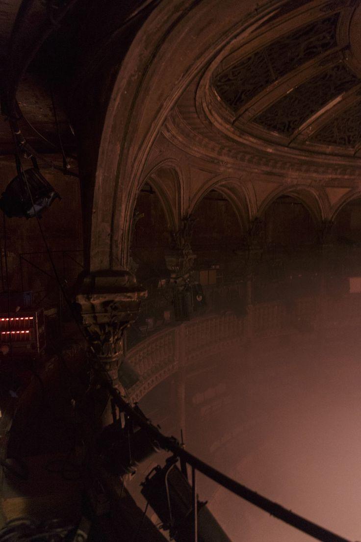 Au théâtre, le spectateur est souvent assis dans le noir face à la scène éclairée où se joue le spectacle. Mais pas dans la mise en scène par Roland Auzet de la pièce de Bernard-Marie Koltès,Dans la solitude des champs de coton jouée du 3 au 20 février au Théâtre des Bouffes du Nord.