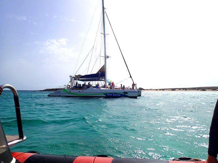 Die Zeiten ändern sich und somit auch die #Urlaubsziele. Die #kapverdische #Insel #BoaVista erfüllt jeden Urlaubswunsch. Hier eine #Bootstour wie sie gern gebucht wird. Mit Angeln an Bord, dabei #Grillen und ab in den #Atlantik zu einer Erfrischung. Das Klima auf den #Kapverden macht es möglich die Inseln ganzjährig als #Sommerurlaub zu nutzen. So kommen #Wassersportler, #Fotografen, #Sonnenbräuner, #Sportler, #Historiker und #Relaxer voll auf ihre Kosten.
