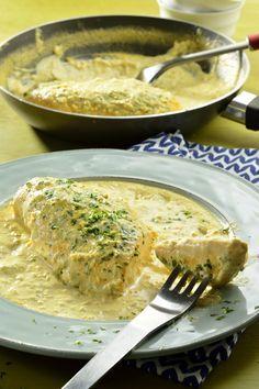 Deliciosa preparación de pollo fácil que estamos seguros que será un éxito con tu familia. Es un rico pollo a la crema de ajo y cebolla que tiene un sabor espectacular, la salsa está muy cremosa, ¡les va a encantar!