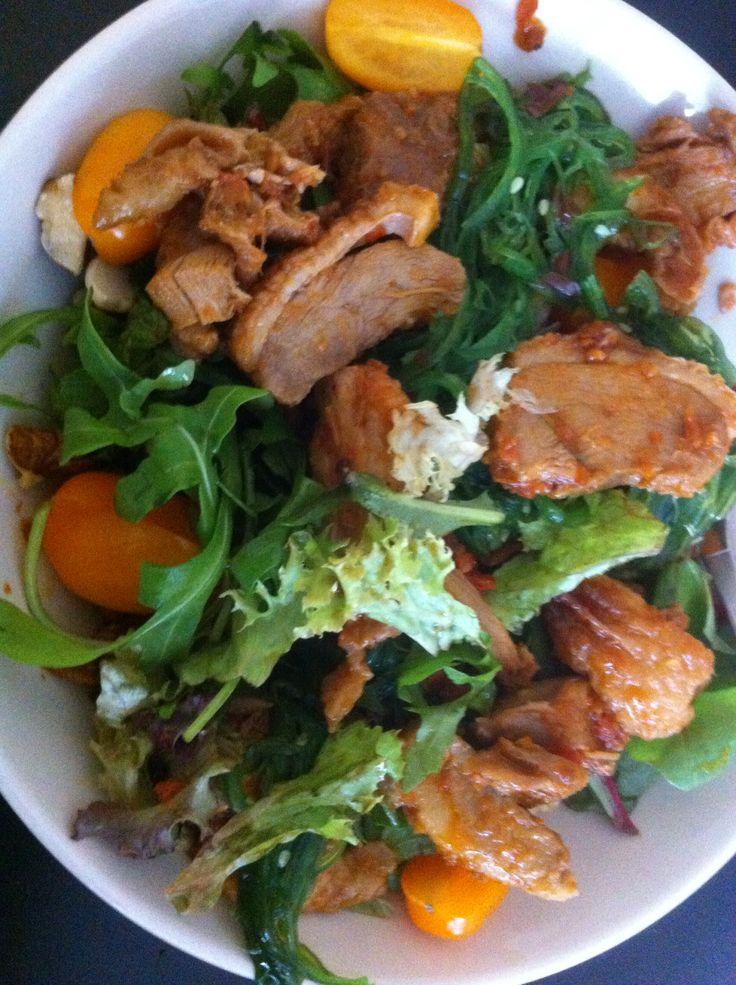 Zomerse salade met zeewier, walnoten en geroosterde eend