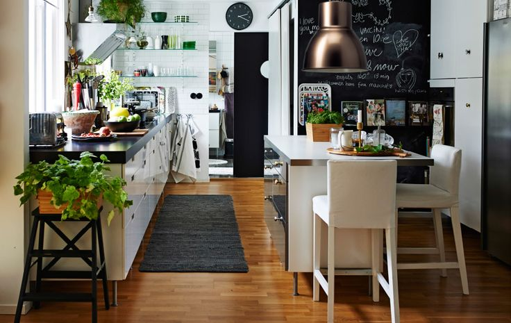 Weiß inspiriert: Zu sehen ist eine moderne Küche in Weiß mit Kücheninsel und offener Aufbewahrung