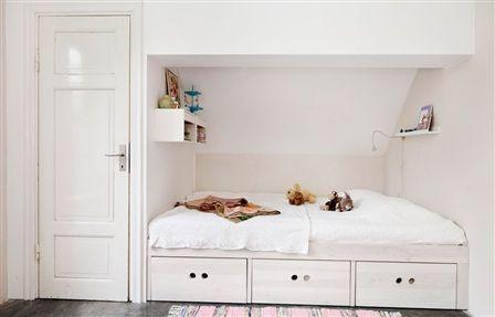 Inbyggd säng med förvaring i barnrum