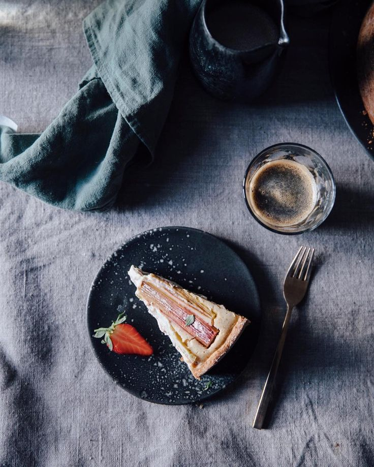 We will finally share the recipe for fhis amazing gluten free rhubarb cake with you guys on the blog on sunday #ourfoodstories  #rhubarb #rhubarbcake #glutenfree #fellowmag #onthetable #gatheringslikethese #foodstylist #inmykitchen #thatsdarling