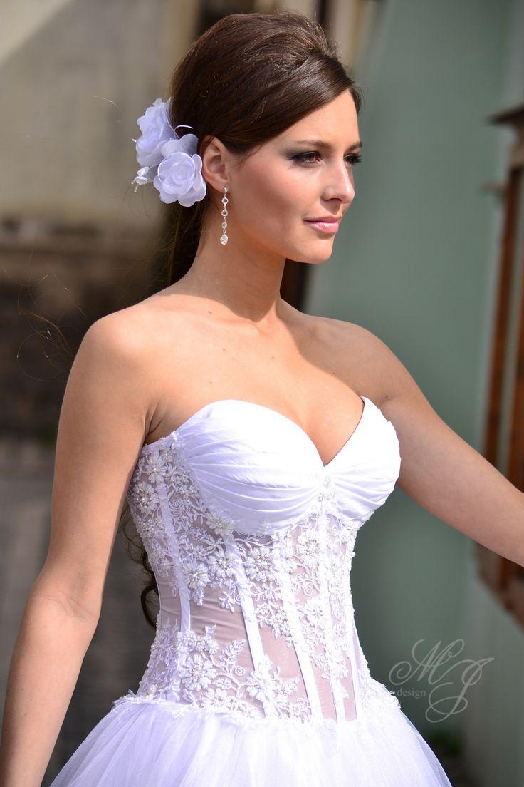 """Svádivě+průsvitné+svatební+šaty+Živůtek+z+organzy+pošité+krajkovými+aplikacemi+vystužen+kosticemi,+v+oblasti+prsou+vyplněn+košíčky+velikost+""""B"""".+Vzadu+jsou+šaty+na+šněrování.+Sukně+3+vrstvy+tylu+Materiál:+jemný+tyl,+taft+polyester,+podšívka+pongi+Použivané+materiály+z+polyesteru+od+zahraničních+dodavatelů..."""