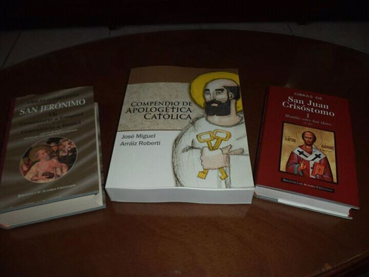 Fotos varias del libro Compendio de Apologética Católica, edición tapa blanda, junto con otros libros.