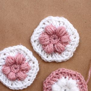 Free crochet flower hexagon tutorial photo. The pattern is very simple but the hexagons look really beautiful and feminine.