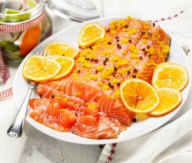 Sätt smak på den gravade laxen! Här är en variant som kryddas med sichuan- eller rosépeppar och toppas med rivet apelsinskal. Tänk på att resultatet blir bäst om laxen får vila i kylskåp i tre till fem dygn.