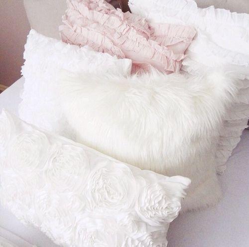Cuscini bianchi e rosa.