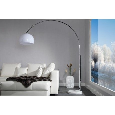 Un lampadaire élégant offre une touche de glamour à votre intérieur, avec un support métallique extensible sous forme d'arc, un socle rond solide en pierre d...