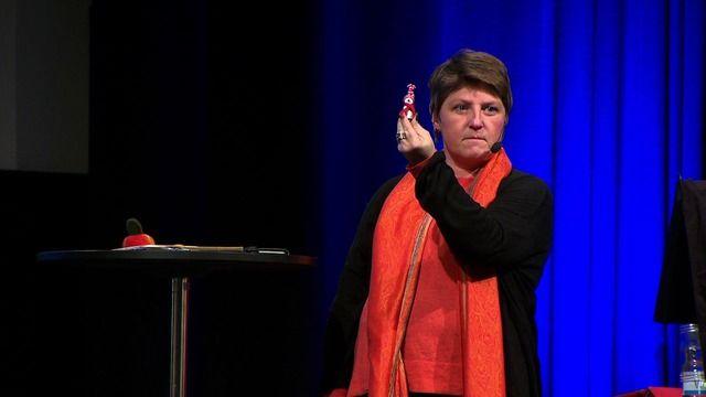 Specialpedagogen Ulrika Jonsson är en av drivkrafterna bakom det uppmärksammade Skoldatateket på Vallaskolan i Södertälje. Här ger hon konkreta exempel på hur man kan arbeta med assisterande IT-teknik som stöd i klassrummet. I sitt arbete möter Ulrika Jonsson elever, vårdnadshavare, lärare och skolledare som ständigt ger henne nya infallsvinklar och nya perspektiv på lärande idag och i framtiden. Inspelat den 27 oktober 2015 på Älvsjömässan i Stockholm. Arrangör: Skolforum.