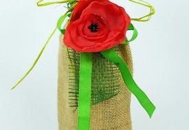 Jutowy worek na wino z czerwonym makiem, wiązany  zieloną rafią. Burlap wine bag with red fabric poppy with green bow.