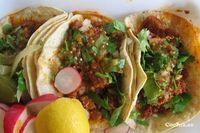 Tacos al Pastor caseros: 1 kg. de carne de puerco en filetes delgados, 10 chiles pasilla, 10 chiles guajillo, 2 ajos, 200 ml. de vinagre blanco destilado, 1/4 de cucharada de cominos molidos, 5 clavos de olor, Sal al gusto, 1 cucharada de orégano, Jugo de piña, 1 cebolla grande, Cilantro, Limón Lo primero que haremos para cocinar los tacos al pastor es cocer los chiles en el vinagre. Una vez limpios. Cuando estén cocidos se muelen, sin escurrir, junto al ajo y los demás condimentos hasta…