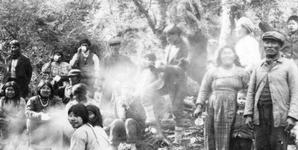 Mujeres y hombres yaganes en el archivo fotográfico del Museo Antropológico de Puerto Williams