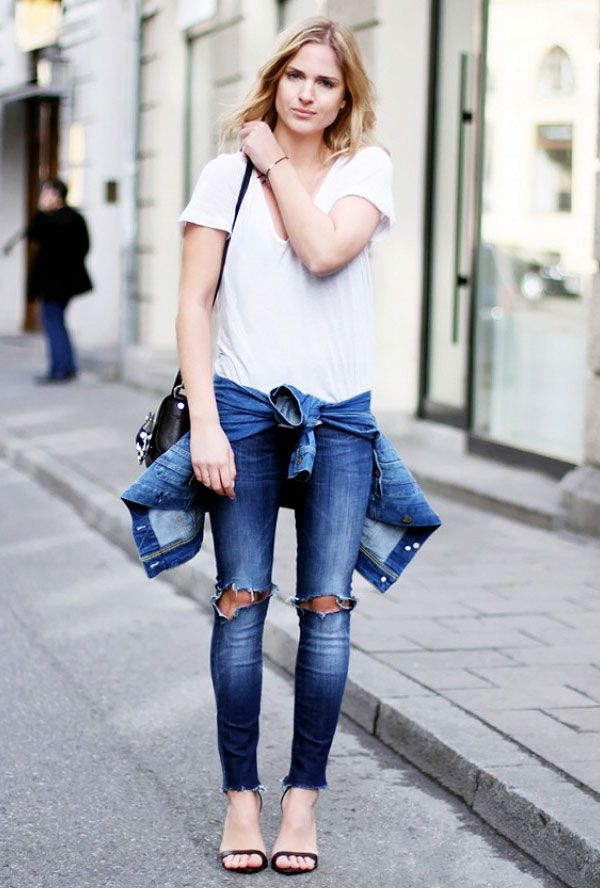 Look com calça jeans rasgada no joelho + t-shirt branca + jaqueta jeans.