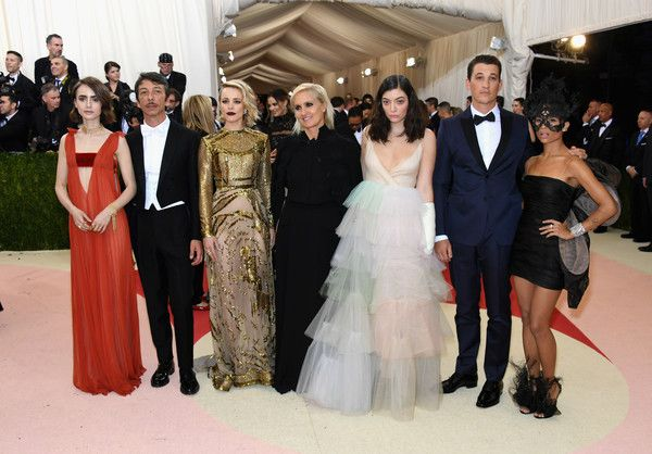 """(L-R) Lily Collins, Pierpaolo Piccioli, Rachel McAdams, Maria Grazia Chiuri, Lorde, Miles Teller, and Zoe Kravitz attend the """"Manus x Machina: Fashion In An Age Of Technology"""" Costume Institute Gala at Metropolitan Museum of Art on May 2, 2016 in New York City."""