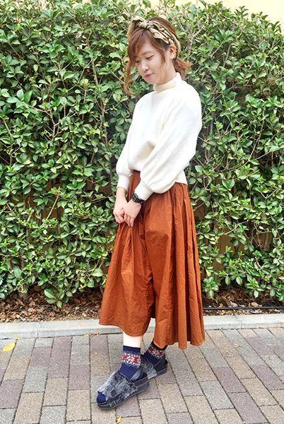 白ニット×ブラウンスカートのガーリースタイル。 柄ソックスは無地コーデのアクセントにぴったり!  『ジャガードアクリル雪柄リブソックス』¥350+税 color : 紺 (その他スタッフ私物)  当店のお取り扱いアイテム: レッグウェア、インナー、ルームウェア